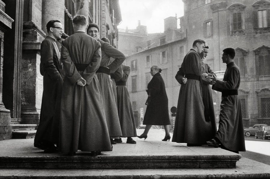Henri Cartier-Bresson - rule of odds